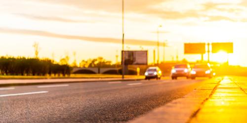Mesmo com o dia claro, especialistas afirmam que andar com o farol ligado pode evitar acidentes durante o dia.